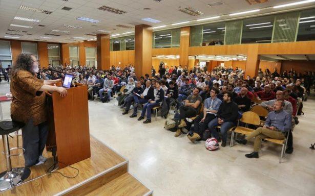 Richard M. Stallman dando una conferencia en Valladolid frente al público