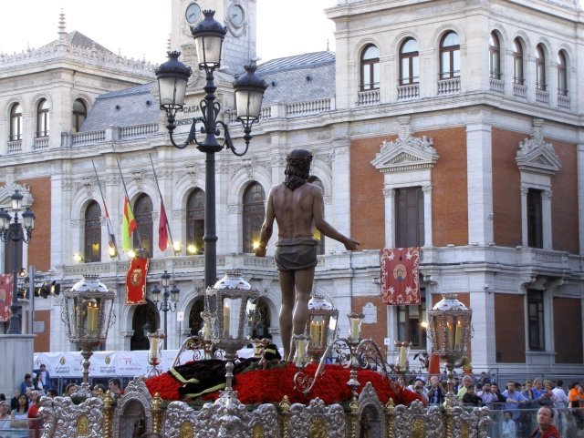 Imagen de un paso de Semana Santa entrando en la Plaza Mayor de Valladolid